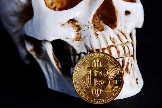 Una calavera con un bitcoin.