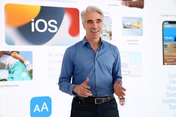 Craig Federighi presentando iOS 15.