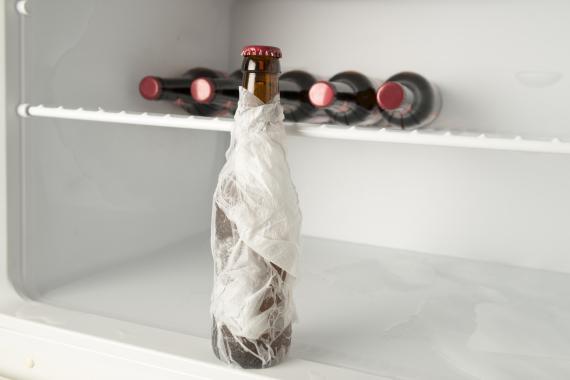 Envolver la cerveza con papel mojado es uno de los sistemas para que se enfríe rápido.