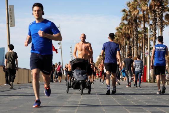 Un hombre corriendo en Barcelona