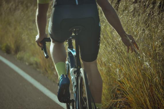 Hombre montando en bici