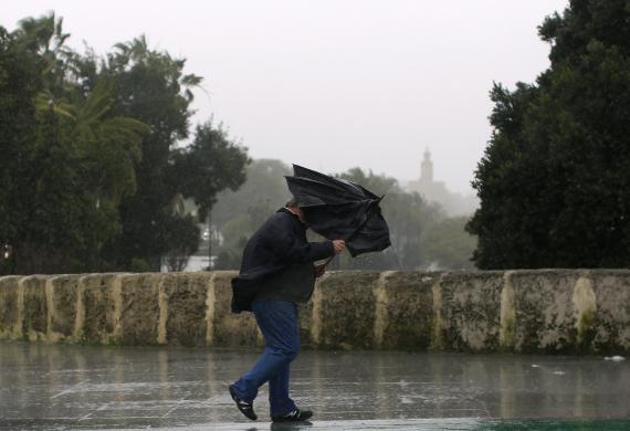 Un hombre se protege de una tormenta