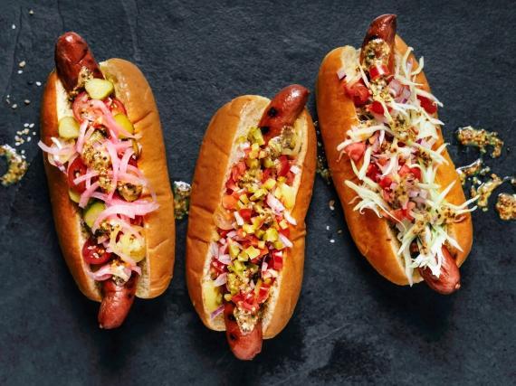La cebolla en vinagre y otros aderezos pueden mejorar mucho tus perritos calientes.