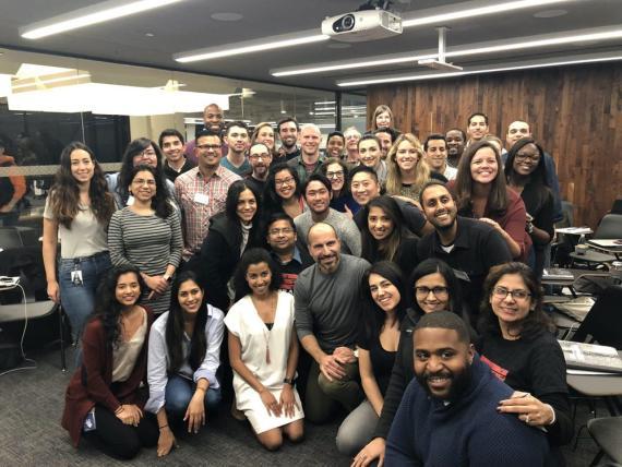El CEO de Uber, Dara Khosrowsahi, en la oficina junto a otros 40 empleados