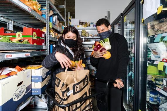 Imagen de dos trabajadores en un 'supermercado fantasma' de Gorillas.
