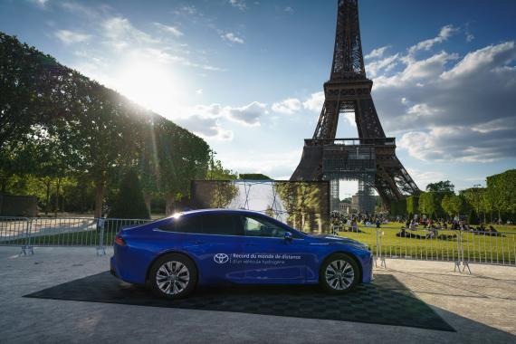 Imagen del Toyota Mirai de hidrógeno que ha recorrido 1.003 kilómetros con un solo depósito, junto a la Torre Eiffel de París