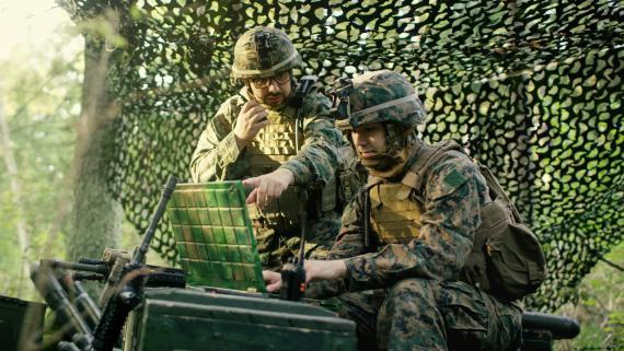 Ingeniero militar usando una radio