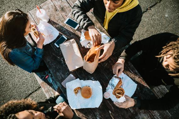jóvenes comiendo comida basura