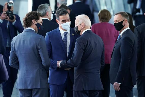 Pedro Sánchez, presidente del Gobierno, charla con Joe Biden y Justin Trudeau durante su breve encuentro en un pasillo durante el encuentro de la OTAN en Bruselas.
