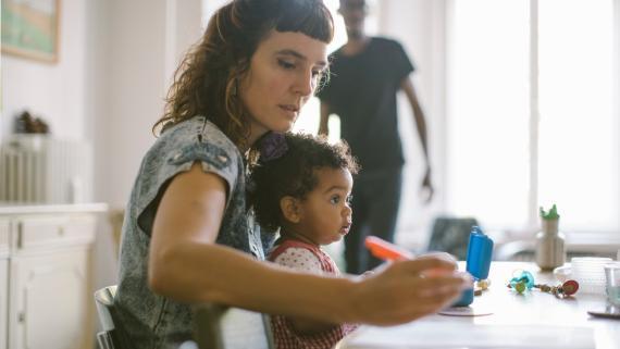 lejos de la conciliación real: las madres soportan el cuidado de los niños