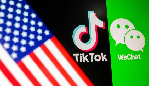 Logotipos de TikTok y WeChat junto a una bandera estadounidense