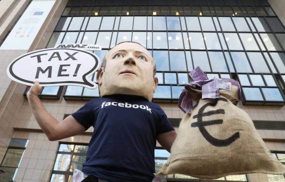 Un manifestante con una máscara que imita a Mark Zuckerberg, fundador de Facebook, durante una manifestación en Bruselas en 2018