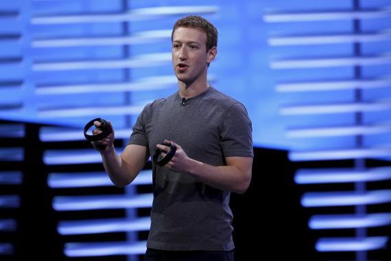 Mark Zuckerberg, consejero delegado de Facebook, con los controles de las Oculus Quest.