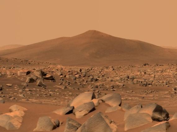 El rover Perseverance de la NASA usó su generador de imágenes MAstcam-Z de doble cámara para capturar esta imagen de Santa Cruz, una colina cercana al rover, el pasado 29 de abril de 2021.
