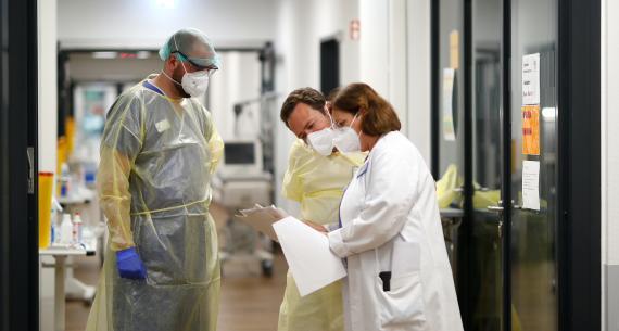 Médicos consultan un historial médico de un paciente.