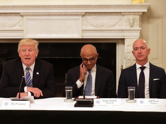 Microsoft y Amazon y enzarzados en una batalla legal sobre el futuro del contrato en la nube de JEDI, con el expresidente Trump en el centro de la misma.