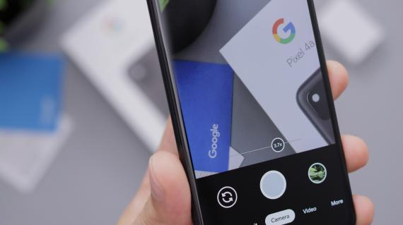 Un móvil haciendo una foto al logo de Google. Daniel Romero /Unsplash