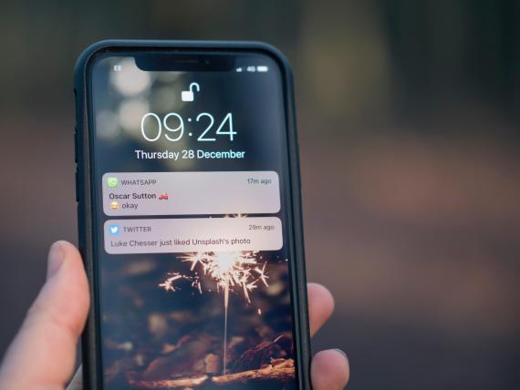 Un móvil con una notificación de WhatsApp