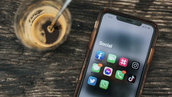 Un móvil con varias aplicaciones