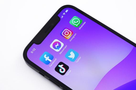 Un móvil con varias apps