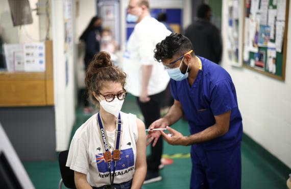 Una mujer joven se vacuna contra el COVID-19.
