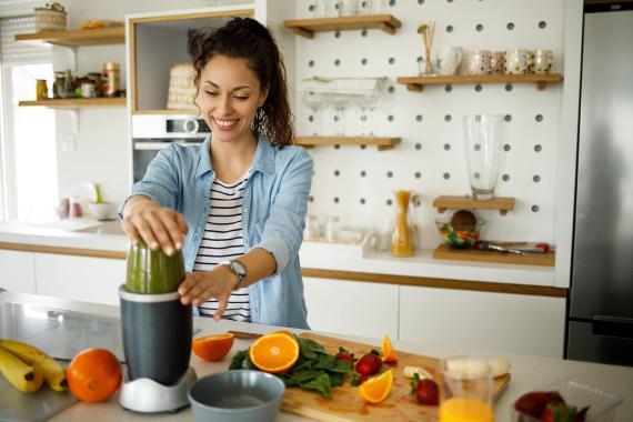 Mujer preparando zumo