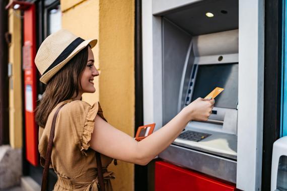 Una mujer sacando dinero del cajero