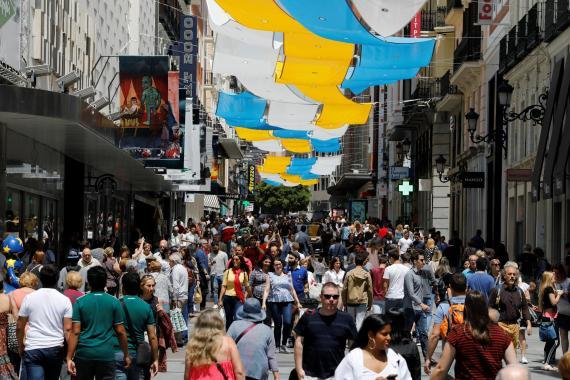 Personas caminan por una calle de Madrid, antes de la pandemia por coronavirus.