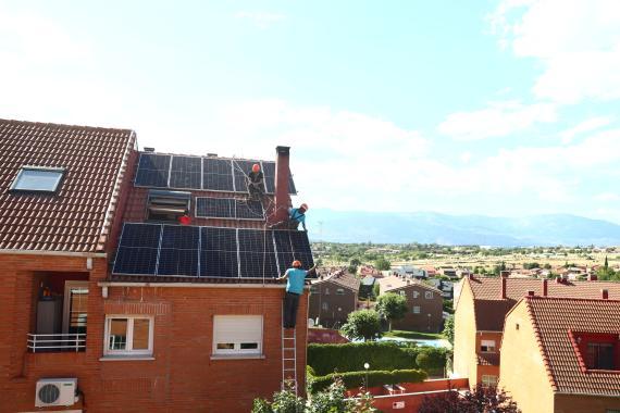 Obreros instalando un panel solar