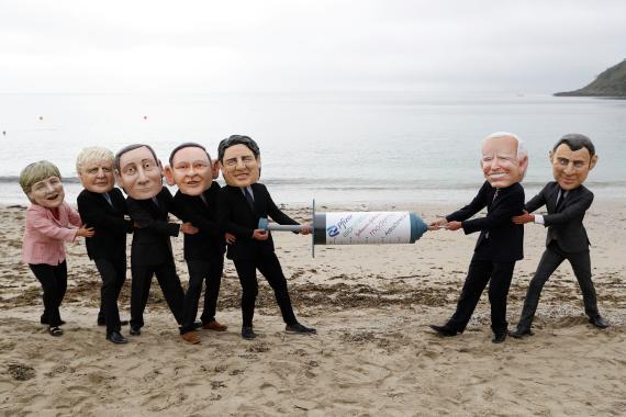 Activistas de Oxfam representan con caricaturas a los líderes del G7, simulando una lucha por las vacunas contra el coronavirus.