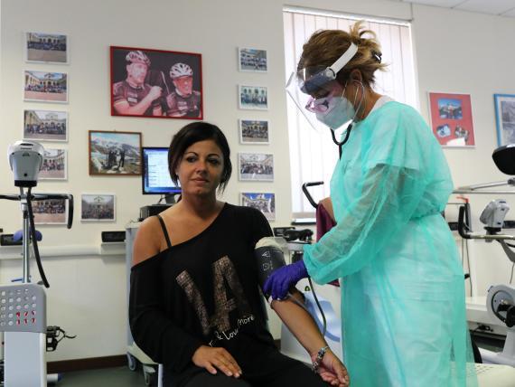 Una paciente con coronavirus recuperada es vigilada por el personal médico del Departamento de Cardiología Rehabilitadora de la ASL 3 de Génova el 22 de julio de 2020.