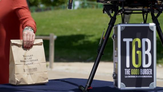 Pedir una hamburguesa y que te lo entregue un dron ya es posible.