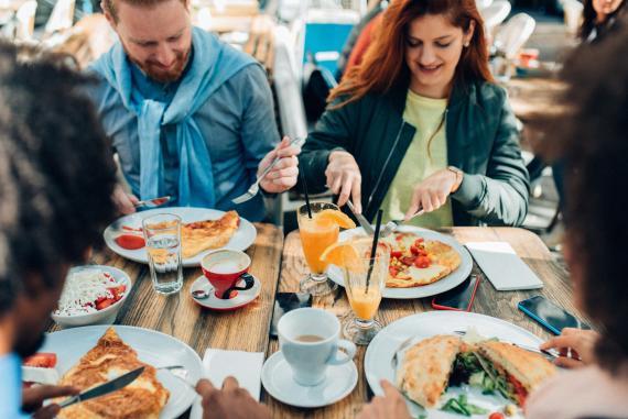 personas comiendo alimentos proteicos bajos en carbohidratos