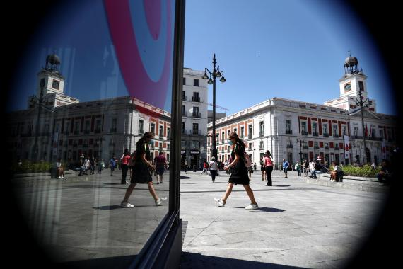 Personas paseando por la Puerta del Sol