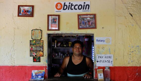 Un salvadoreño atiende el mostrador de una tienda que acepta bitcoin en Chiltiupan (El Salvador)
