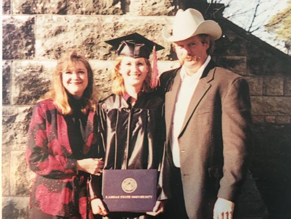 La autora en el centro junto a sus padres tras graduarse.