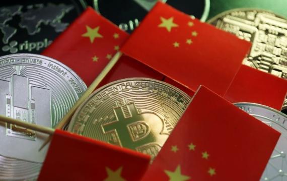 Varias monedas de bitcoin junto a banderas de China.