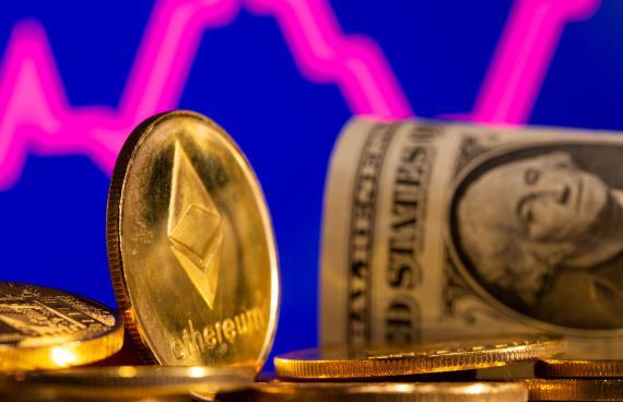 Varias monedas de ethereum junto a un billete de un dólar.