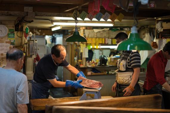 Varias personas en un mercado de Japón.