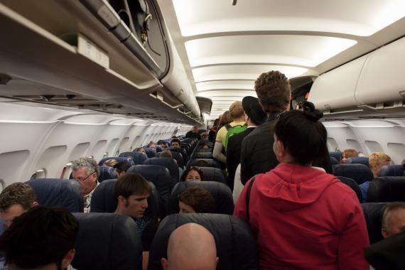 Viajar en el maletero, la inusual propuesta de Toyota para la clase turista.