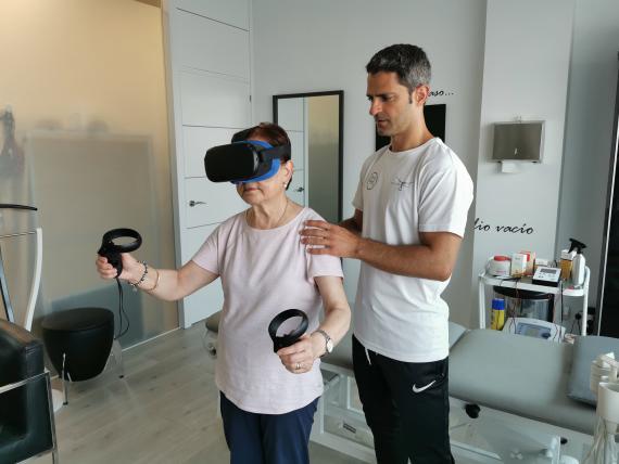 El fisioterapeuta Javier Urresti tratando a una paciente con las gafas de realidad virtual.