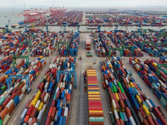 Vista aérea de los contenedores de envío apilados en Guangzhou, provincia de Guangdong de China, durante el cierre de junio.