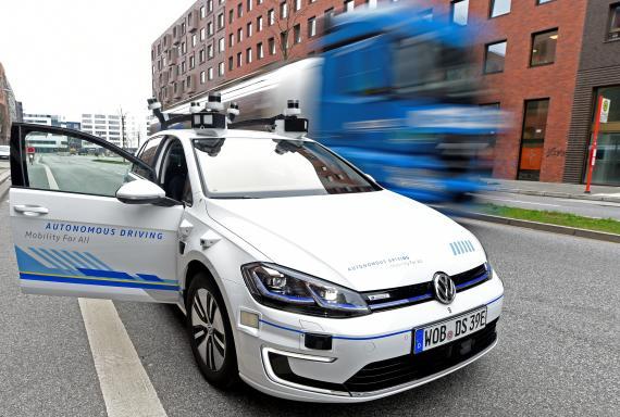 Un Volkswagen Golf autónomo en pruebas en Hamburgo, en 2019.