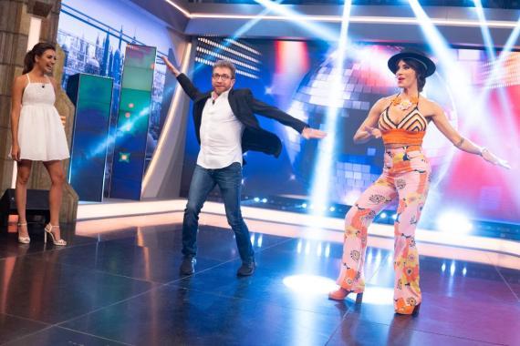 Zara tiene aún disponible el pantalón estampado que ha conquistado a Pilar Rubio, Elea Louro y Laura Eguizábal. YOUTUBE EL Hormiguero.