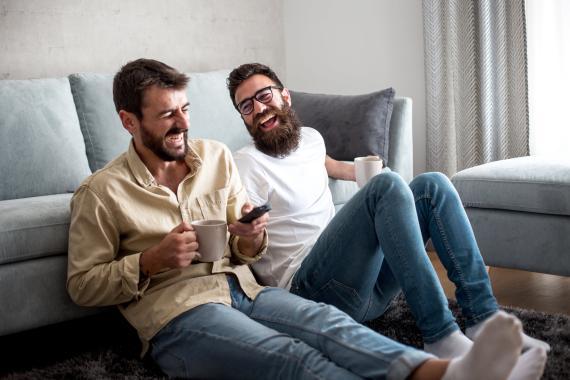 Amigos riendo mientras beben café