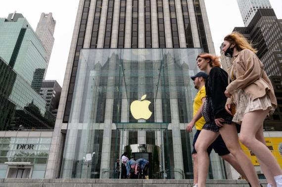 Un grupo de personas pasa por delante una tienda de Apple en Nueva York.