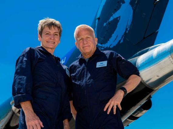 Peggy Whitson (izquierda) y John Shoffner, comandante y piloto de la Misión Axiom 2 (Ax-2), la segunda misión privada prevista a la Estación Espacial Internacional.
