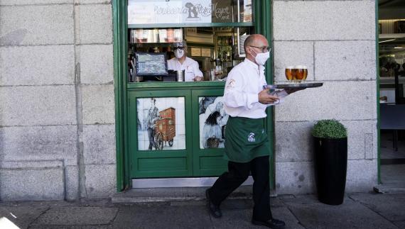 Un camarero en una terraza de la Plaza Mayor de Madrid