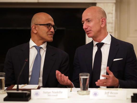 El CEO de Microsoft y el CEO de Amazon en un encuentro en la Casa Blanca en 2017.