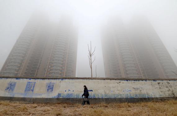 Una mujer con mascarilla en Handan, provincia de Hebei, China, el 12 de enero de 2019.